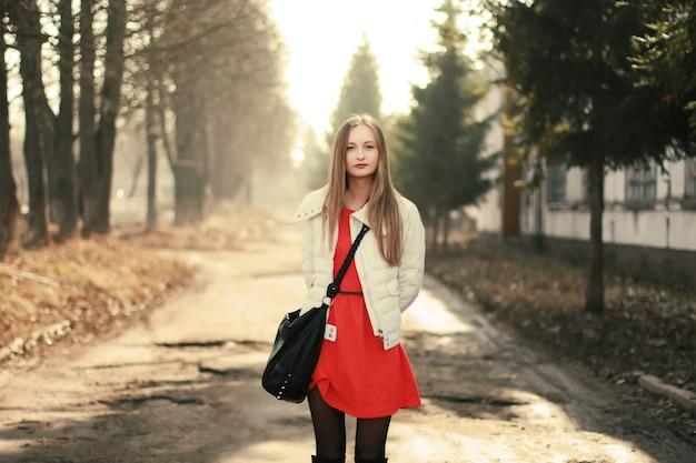 赤いドレスで穏やかな女の子 無料写真