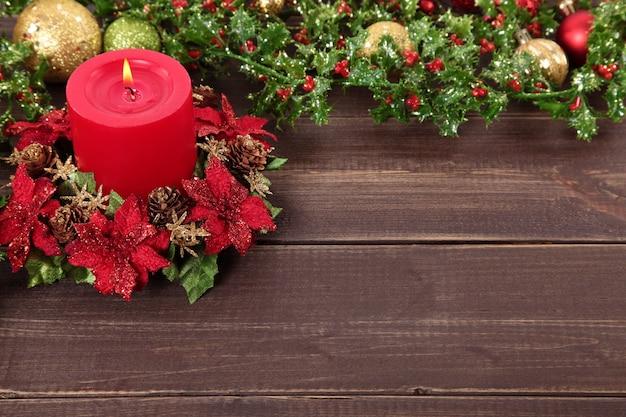 クリスマスの要素を持つ木製テーブル 無料写真