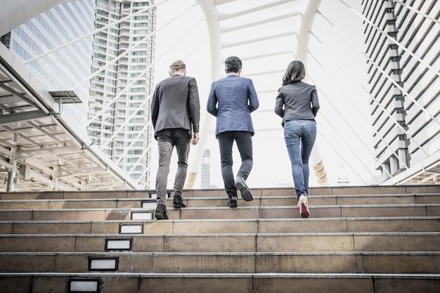 Подниматься по лестнице, устланной ковром, — знамение благосклонности судьбы.