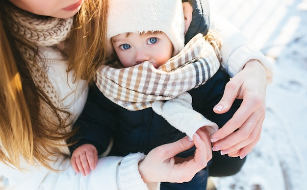 腕の中で彼女の赤ちゃんを持つ女性 無料写真