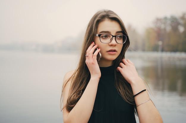 Картинки по запросу девушка с телефоном