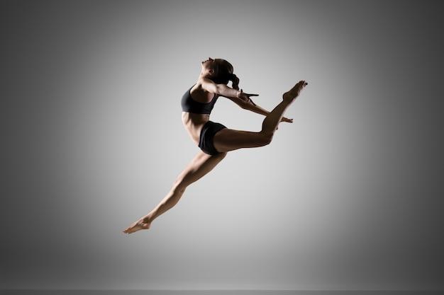 ジャンプする体操選手 無料写真