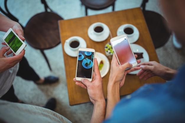 Руки с мобильным и кофе фоне Бесплатные Фотографии