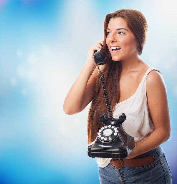 Женщина держит забрать кофе с помощью мобильного телефона фото.