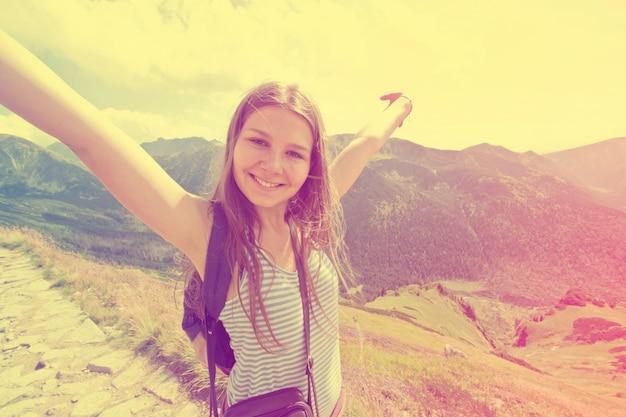 十代の少女は自由を感じる。 無料写真