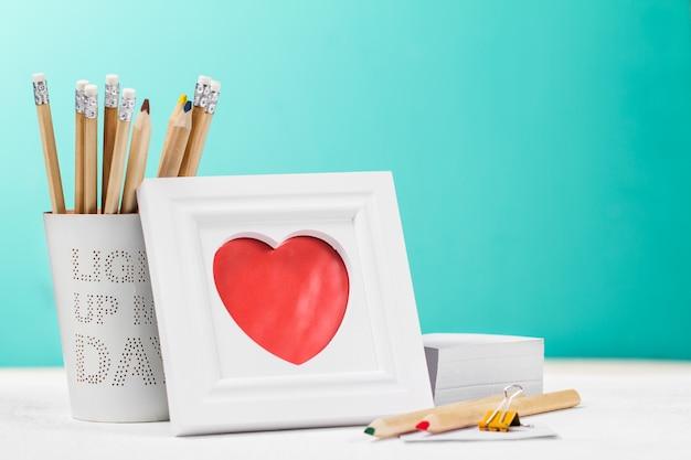 赤いハートや鉛筆の後ろでピクチャー 無料写真