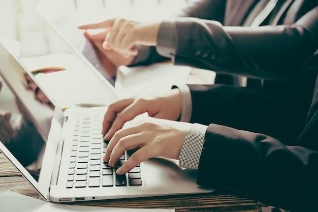 ノートパソコンとタブレットのビジネスの人々 無料写真