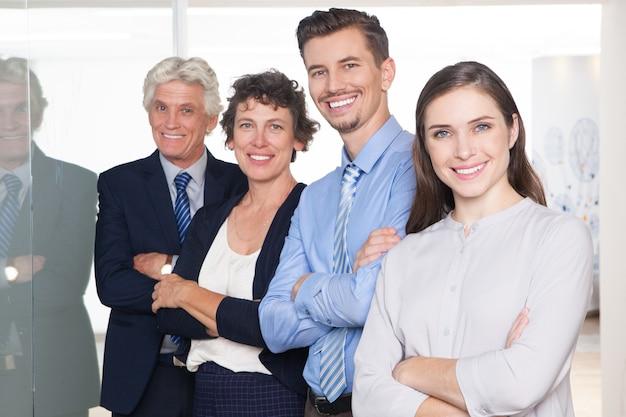 Успешных деловых людей с большими пальцами руки вверх и улыбается.