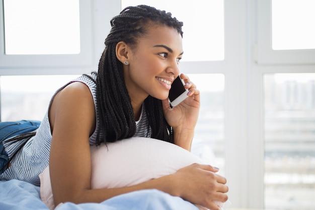 Девка разговаривает по телефону фото видео онлайн