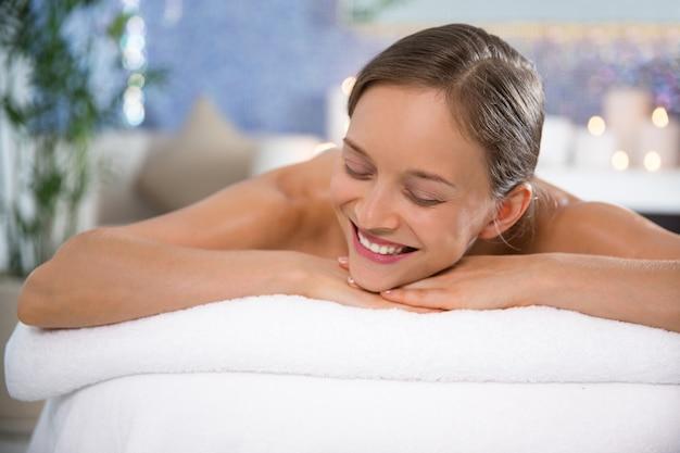 笑顔マッサージルームに横たわっ女 無料写真