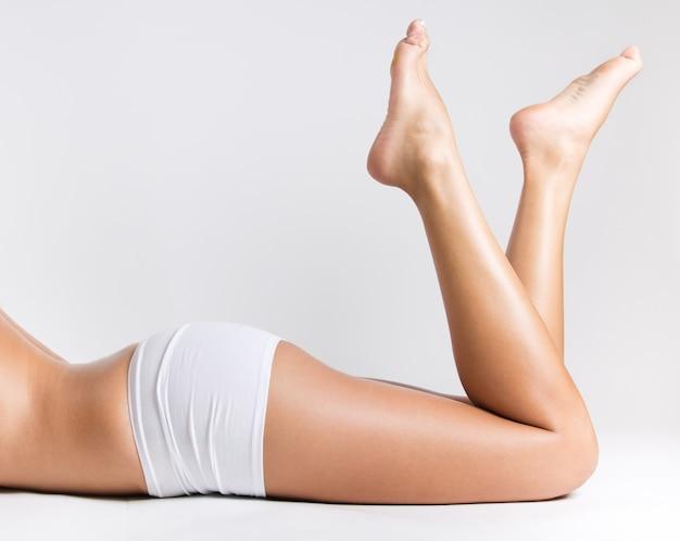 滑らかな体重の膝の足の体 Premium写真