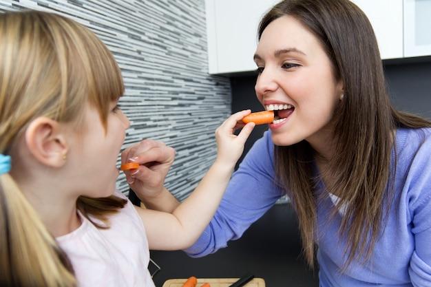 若い、女の子、食べること、ニンジン、ニンジン、キッチン 無料写真
