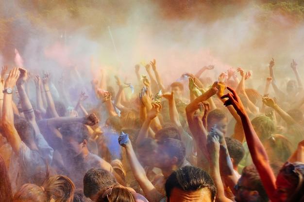 空気中に粉体塗料を投げて多くの人々 Premium写真