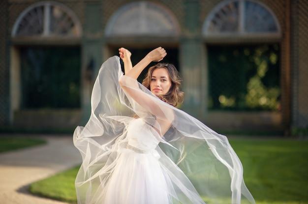 """""""建物の前で踊る花嫁"""" 無料写真"""