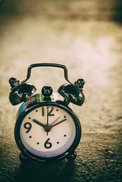 Ретро будильник, показаны 8 часов и 30 минут — стоковое фото.