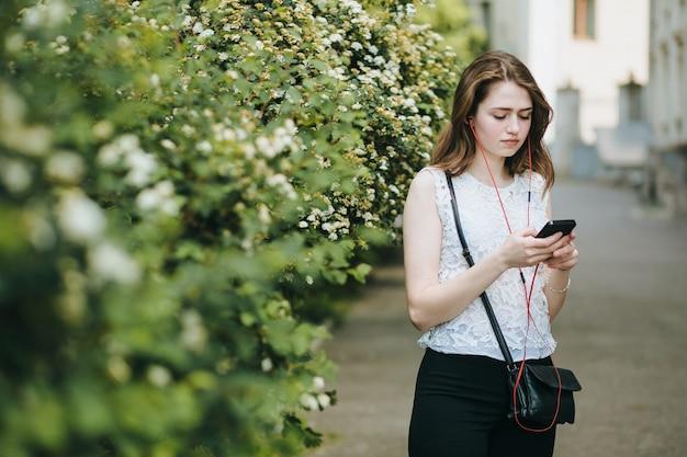 スマート通信美しい笑顔の人 無料写真
