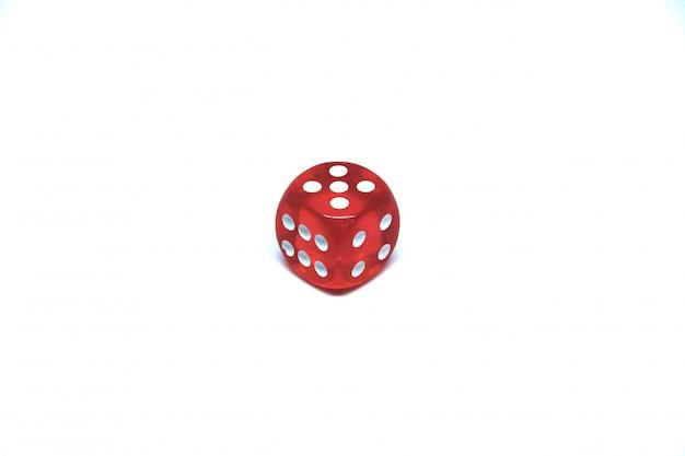 1赤いサイコロは白い背景に閉じます 無料写真