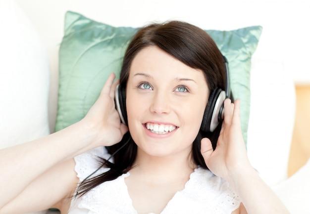 Также вы всегда можете прослушать трек, нажав по кнопке «слушать».