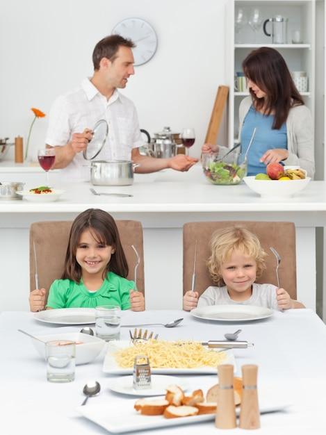 на секс с сестрой брат кухне устроили