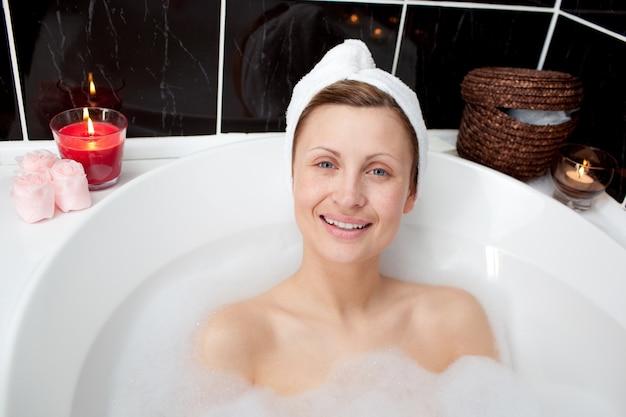 две женщины в ванне фото