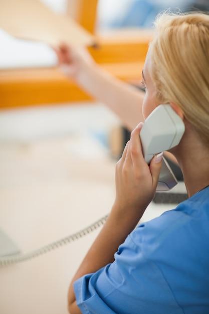обезьяна медсестра в офисе с телефоном фото