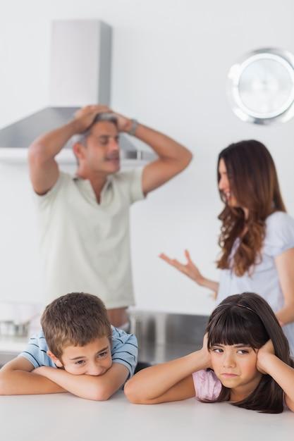брат с сестрой устроили секс на кухне