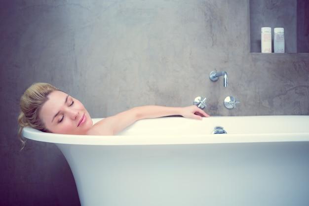 kak-reshenie-blondinka-v-vannoy-foto-trahnul-ocharovatelnuyu