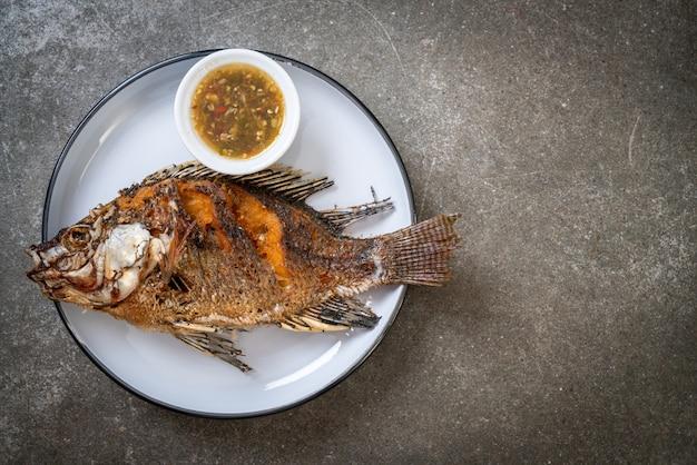 揚げた魚、スパイシーなシーフードソース Premium写真