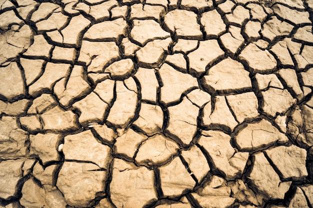 乾燥した土は、土の硬い塊を形成し、背景の写真 Premium写真
