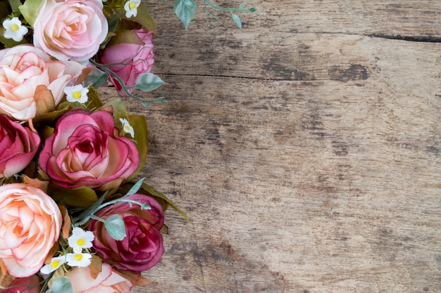 素朴な木製の背景にバラの花。スペースをコピーします。 無料写真