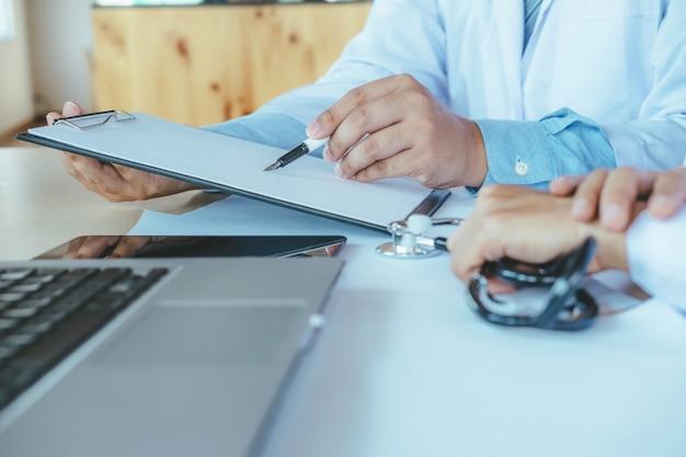 医師のチームワークは会議を議論する。 Premium写真