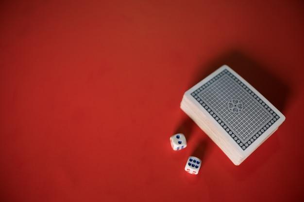 テーブル上のポーカーカードとダイス 無料写真