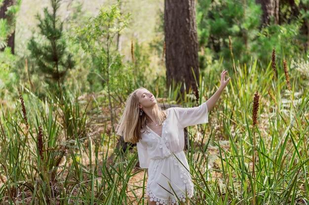 晴れた日楽しんで若い女性 無料写真
