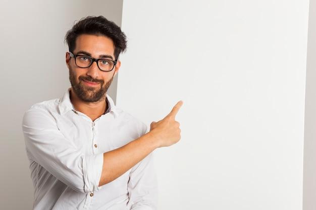 スマイリービジネスマンポインティングホワイトボード 無料写真