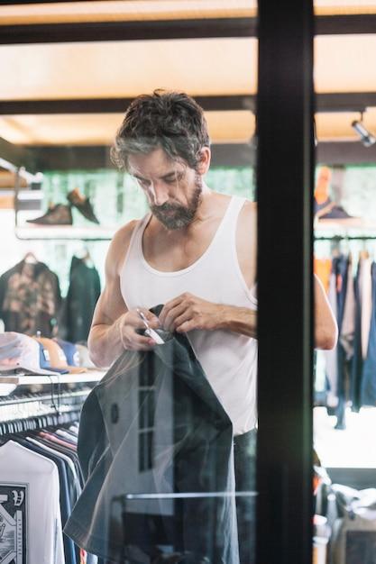 Человек в магазине примеряет одежду картинки