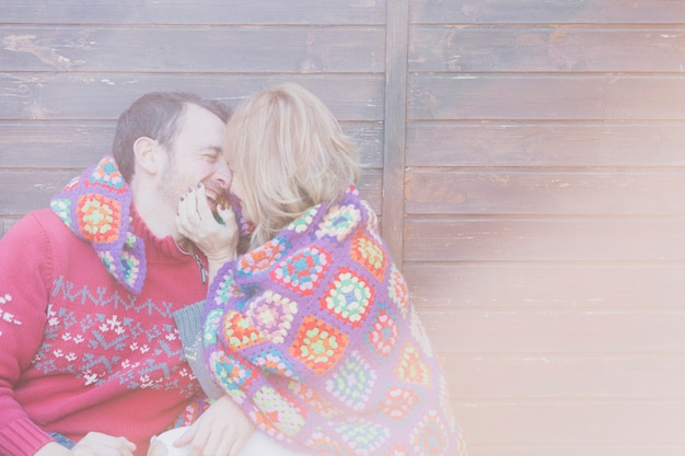 抱きしめて笑っている笑顔のカップル 無料写真
