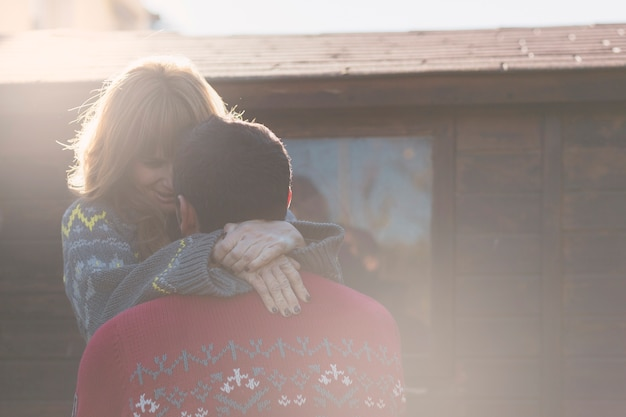 木製の壁に抱き合っているカップル 無料写真
