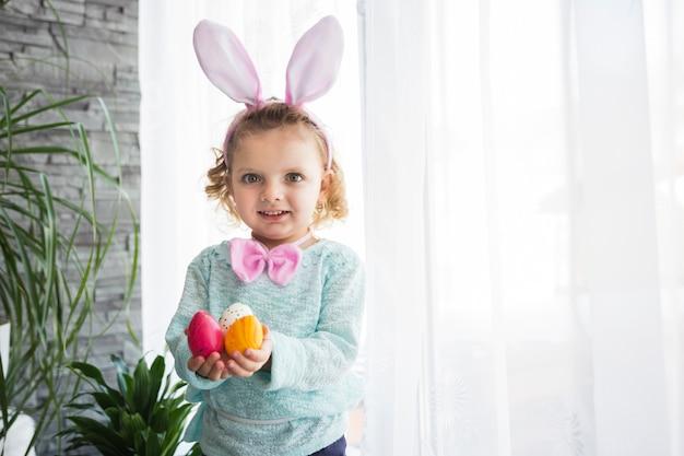 イースターエッグを持つかわいい女の子 写真素材 無料ダウンロード