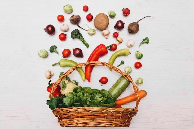 バスケットと野菜の組成 無料写真