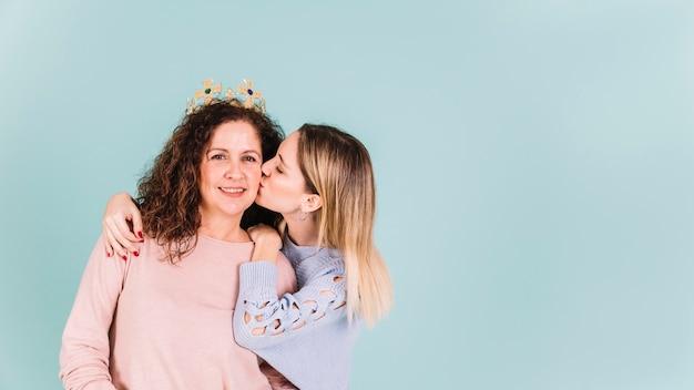 Дочь, целующая мать в короне Бесплатные Фотографии