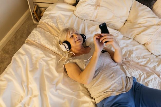 Пожилая женщина в кровати, пизды корольки русскую