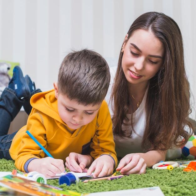 Женщина рисует с мальчиком Бесплатные Фотографии