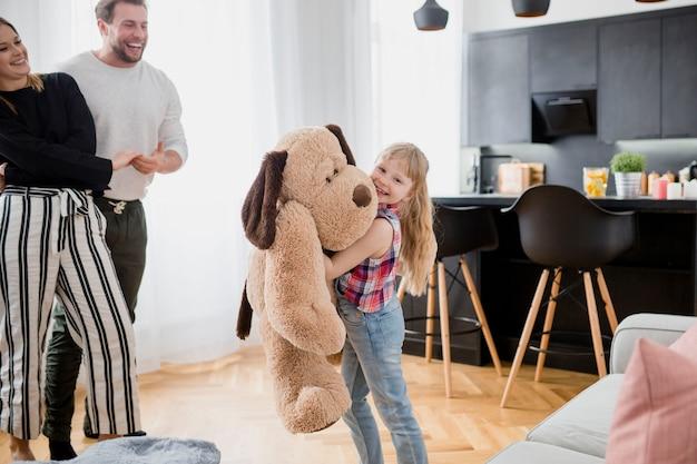 Девушка играет с игрушкой, сисястая она вначале не хотела порно онлайн