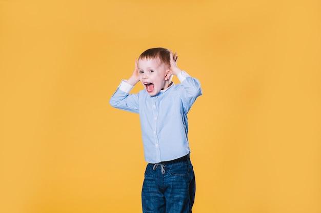 мальчик прыгает перевод на английский