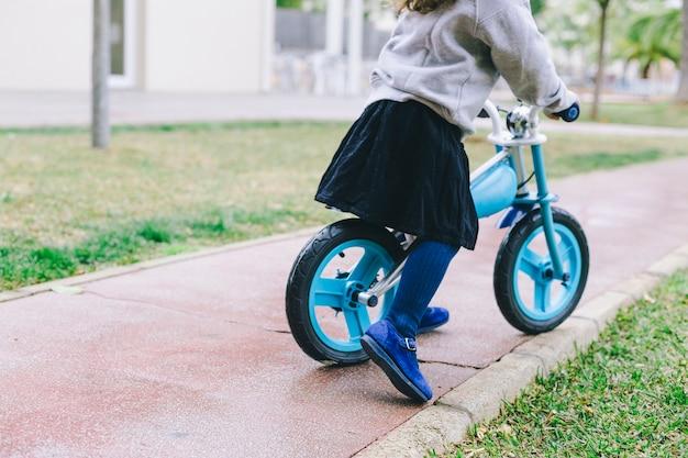 作物少女乗馬自転車 無料写真