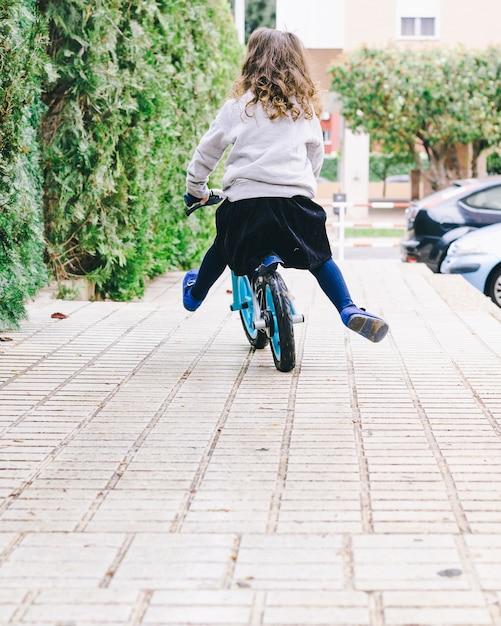 顔のない女の子の乗る自転車 無料写真