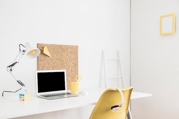 ホワイトルームのテーブルにモックアップのためのラップトップディスプレイ 無料写真