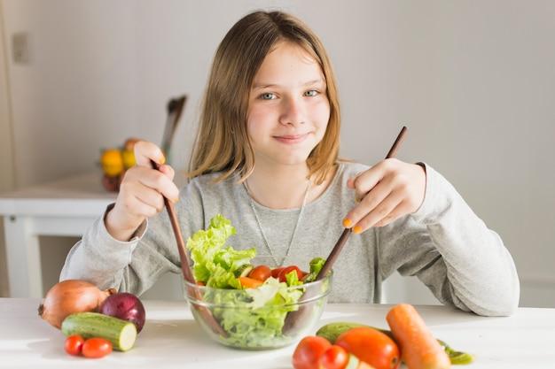 健康な野菜サラダを作る笑顔の女 無料写真