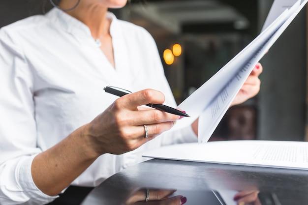 クローズアップ、女性、調べること、文書 無料写真