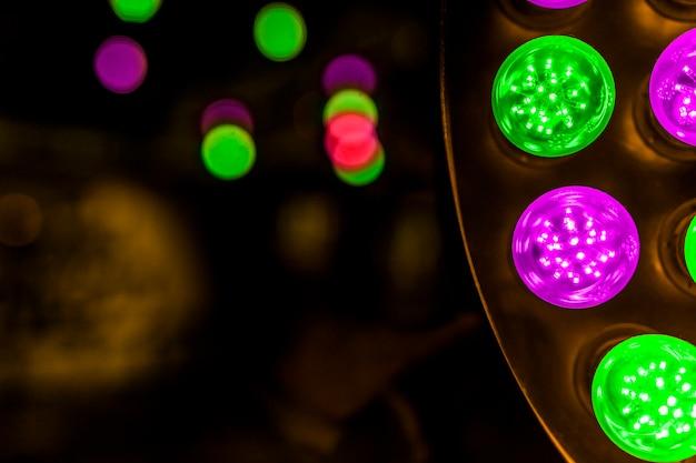 Светящиеся зеленые и розовые светодиодные лампы на фоне Бесплатные Фотографии